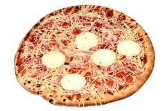 Przemysłowa pizza w zbliżeniu na białym tle obraz stock