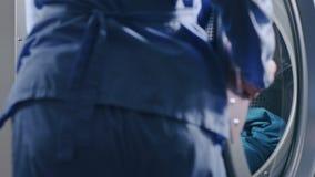 Przemysłowa pralka Zamyka pralki ładować up odziewa zbiory wideo