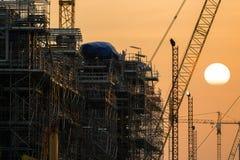 Przemysłowa rafineria ropy naftowej w budynku na zmierzchu tle przy przemysłowymi roślinami Obraz Stock