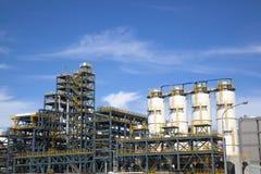 Przemysłowa roślina przeciw niebieskiemu niebu Zdjęcie Royalty Free