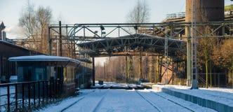 Przemysłowa roślina w zima śniegu lodu stali kominie Zdjęcie Royalty Free