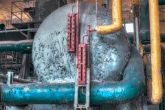 Przemysłowa rurociąg wyposażenia scena w zaniechanej fabryce Obrazy Stock