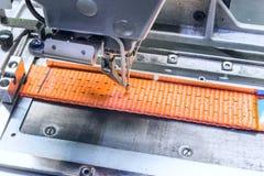 Przemysłowa szwalna maszyna szy stopniowo zmieniać patkę Zdjęcia Royalty Free