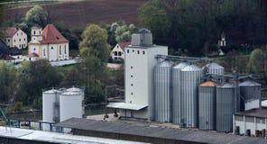 Przemysłowe rośliny Dietfurt i kościół Griesstetten w tle Obraz Royalty Free