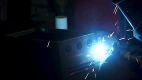 Przemysłowego pracownika spaw, zwolnione tempo klamerka Metalu Spawalniczy zakończenie w super zwolnionym tempie Zakończenie Spaw zbiory