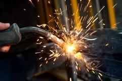Przemysłowego pracownika spawalniczy metal w stalowej fabryce fotografia stock