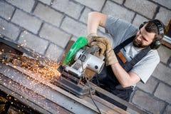 Przemysłowego pracownika tnący metal obraz stock