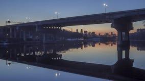 Przemysłowego Przyglądającego Dartmouth Bridżowy i Odległy W centrum Minneapolis Odbija w Spokojnej rzece mississippi podczas zmi zbiory