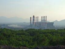 Przemysłowego węgla elektrownia z smokestack Zasilanie elektryczne gen zdjęcia royalty free