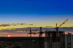 Przemysłowi budowa żurawie na zadziwiającym zmierzchu nieba tle zdjęcie royalty free