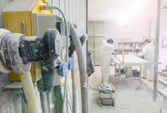 Przemysłowi elektryczni ujścia z pracownikami na tle zdjęcia royalty free