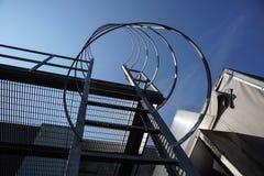 Przemysłowi pionowo schodki z jasnym skybackground Pionowo schodek budynek Stalowa drabina z ochroną obraz royalty free