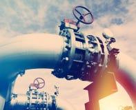 Przemysłowi Stalowi rurociąg i klapy przeciw niebieskiemu niebu Zdjęcia Stock
