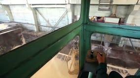 Przemysłowy żuraw, kętnara żuraw, sztachetowy żuraw rusza się surowych materiały w przedsięwzięciu, widok od kokpitu zbiory
