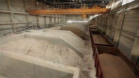 Przemysłowy żuraw, kętnara żuraw, sztachetowy żuraw rusza się surowych materiały w przedsięwzięciu, ogólny plan zbiory