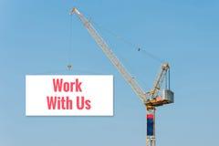 Przemysłowy budowa żuraw trzyma billboard Zdjęcie Royalty Free