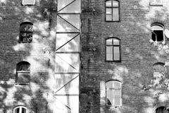 Przemysłowy budynek w slamsy okręgu - B&W Obrazy Royalty Free