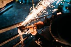 Przemysłowy caucasian męski pracownik, zakończenie w górę pracownik ręk z władzy narzędziem z kółkowym ostrze ostrzarzem fotografia stock