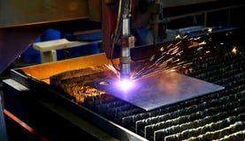Przemysłowy cnc osocza rozcięcie metalu talerz Iskry latają Closeu Obraz Royalty Free