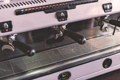 Przemysłowy coffeemaker przygotowywający robić niektóre zmielonej kawie obrazy royalty free