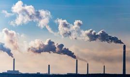 Przemysłowy dym od rośliny zanieczyszcza powietrze zdjęcia royalty free