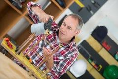 Przemysłowy hydraulik używa blowtorch zdjęcie royalty free