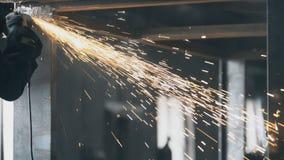 Przemysłowy inżynier pracuje na ciąć metal i zdjęcie wideo