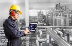 Przemysłowy inżynier sprawdza maszynowego status z laptopem obraz stock