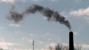 Przemysłowy komin z bielu dymem zbiory