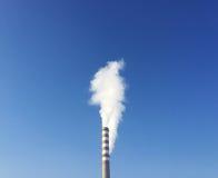 Przemysłowy komin z bielu dymem Zdjęcia Royalty Free