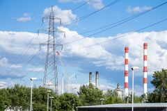 Przemysłowy krajobraz Europa Wschodnia, z przekazem góruje, pilony, władza góruje, fabryki i kominy obraz royalty free