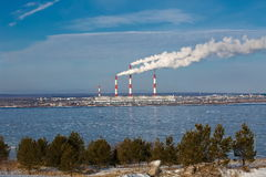 Przemysłowy krajobraz z rzeką i niebieskie niebo w zimie Zdjęcie Stock