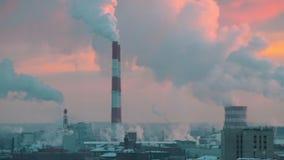 Przemysłowy manufactoring Miasto pełno dym Ekologia problem Zima czas, zmierzch zbiory wideo