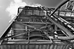 Przemysłowy metall wierza Piaska łupu agregat Czarna & biała fotografia Fotografia Royalty Free