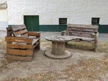 Przemysłowy modnisia stół, ławki w Poysdorf i zdjęcie royalty free