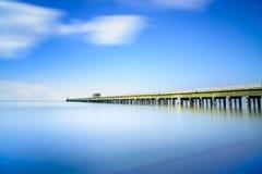 Przemysłowy molo na morzu. Boczny widok. Długa ujawnienie fotografia. Zdjęcia Stock