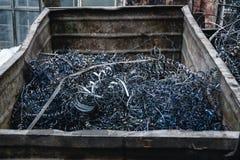 Przemysłowy odpady od metal rośliny, stalowy przetwarza świstek w gracie Obrazy Stock