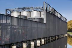 Przemysłowy ogrodzenie ochronne i składowi zbiorniki obraz royalty free