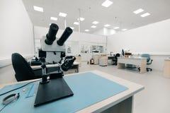 Przemysłowy okulistyczny mikroskop Miejsce pracy dla kontrola jakości elektronicznego obwodu deski obrazy stock