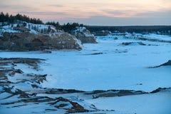 Przemysłowy piaska łup dla budowa drogi w zimie zdjęcia stock