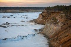 Przemysłowy piaska łup dla budowa drogi w zimie fotografia stock