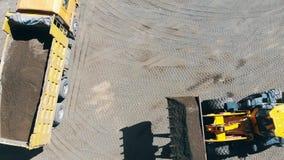 Przemysłowy pojazd przenosi krakingowego żwir zdjęcie wideo