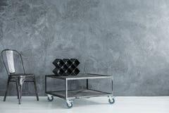 Przemysłowy pokój z czarnym krzesłem obraz royalty free
