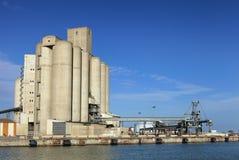 Przemysłowy port z składowymi silosami Obrazy Stock