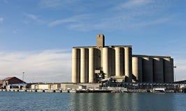 Przemysłowy port z składowymi silosami Zdjęcia Stock