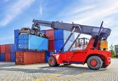 Przemysłowy port z zbiornikami w ładunku Zdjęcia Royalty Free