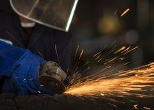 Przemysłowy pracownik przy fabrycznym spawalniczym zbliżeniem obrazy royalty free