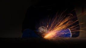 Przemysłowy pracownik przy fabrycznym spawalniczym zbliżeniem obraz royalty free