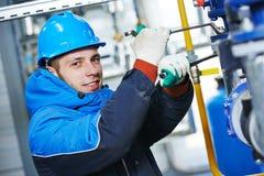 Przemysłowy pracownik przy instalacyjną pracą fotografia royalty free