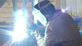 Przemysłowy pracownik spawa metal ramę zbiory wideo